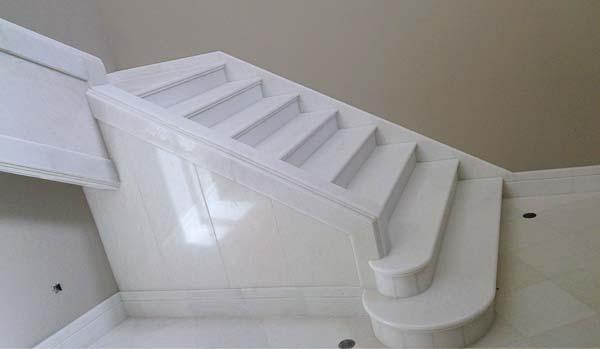 Construcci n y dise o de escaleras en m rmol y granito for Marmol blanco real